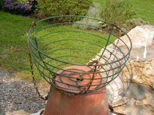La base du panier fleuri est une corbeille légère, à armature ...