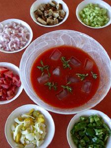 Service du gaspacho sur la table