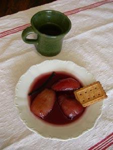 Poires au vin rouge : dressées dans l'assiettet pour le dessert