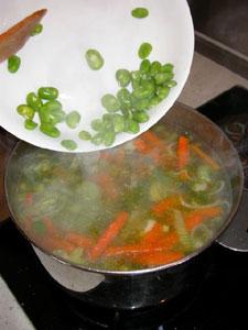 Ajout des fèves dans la soupe