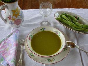 Potage printanier à la fève dans son assiette