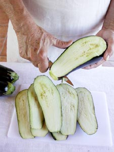 tailler les tranches d'aubergine