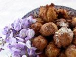 Pets de nonne aux noix et aux fleurs de glycine