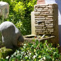 fontaine en pierre et statue