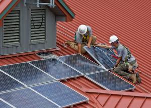 Installation de panneaux solaires sur un toit