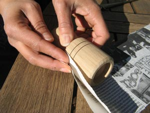 Enroulement de la bande de papier journal autour du Paper Potter
