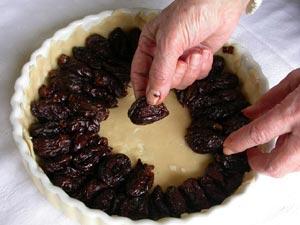 Disposition des pruneaux sur la pâte
