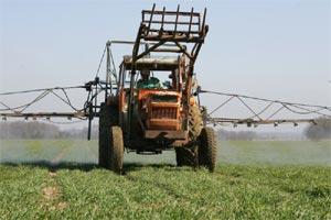Pulvérisation de pesticides en plein champ