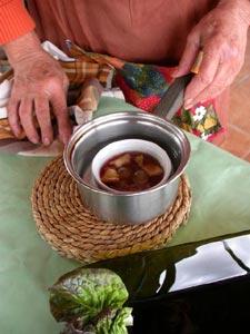 Tremper dans une casserole d'eau tiède