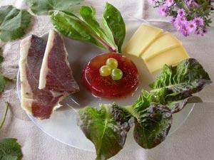 Aspic à la figue et au raisin, présenté sur une assiette froide