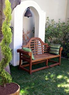 Banc  dans un petit jardin