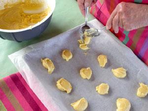 Formation des biscuits sur la plaque de cuisson