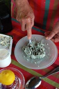 Ecraser le Roquefort à la fourchette