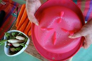 Déplier la passoire pour recueillir les légumes vapeur