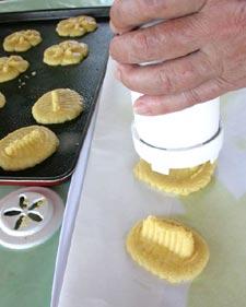 Réalisation des biscuits avec la presse