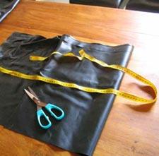 Découpe de la bâche en plastique (liner)