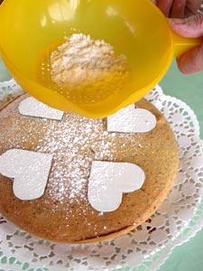Saupoudrer les pochoirs de sucre en poudre