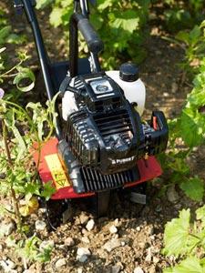 Motobineuse en préparation du sol