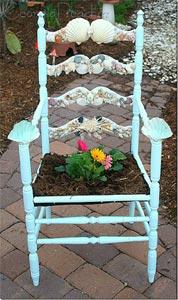 Chaise ornée convertie en bac à fleurs