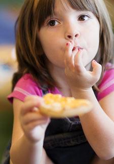 Petite fille au repas