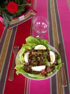 Salade fraîcheur servie à table