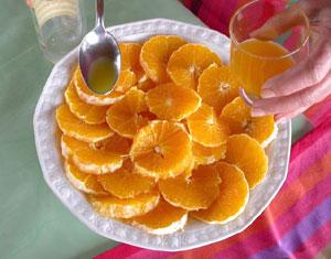 Verser le jus d'orange sur les tranches