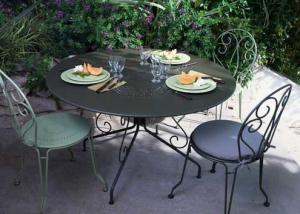 Mobilier de jardin id es shopping pour l 39 t 2010 for Table de jardin en acier