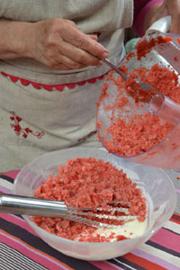 mélange des fraises glacées et de la préparation