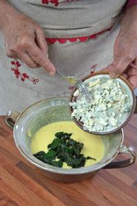 Ajout du bleu et de la consoude dans la pâte à crêpes