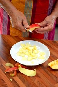 Peler les pommes et le coing