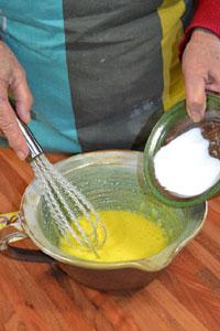 Mélange du sucre et des jaunes d'oeuf