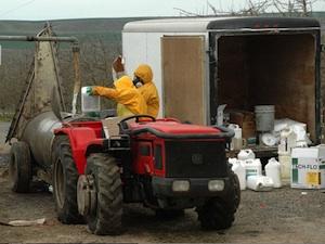 Chargement de pesticides avant épandage