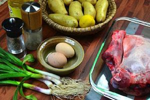 Agneau rôti, sauce à l'ail vert et galettes de pommes de terre