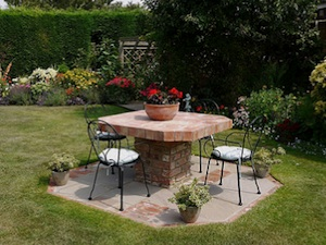 Table de jardin en brique