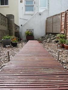Chemins de jardin esth tique aspects pratiques co t - Allee de jardin en bois ...