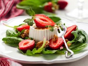 Fraise, salade et fromage frais
