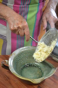 après cuisson, on verse le riz dans un bol