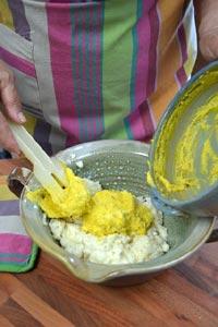 mélange du riz et des jaunes d'oeufs
