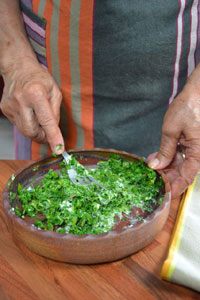 Mélange du roquefort avec les feuilles hachées