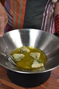 Friture des samossas dans un wok