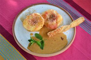 Pêches flambées dressées dans l'assiette