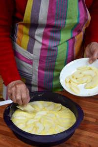 Disposer les poires sur le gâteau