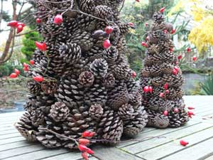Un sapin de no l en pommes de pin - Fabrication de decoration de noel ...