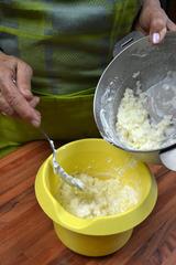 Mélange du riz avec les blancs en neige