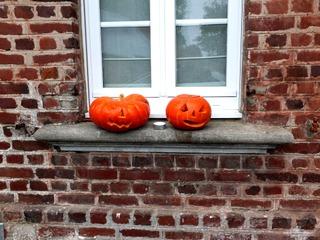 Citrouille et potimarron d'Halloween sur le rebord d'une fenêtre