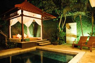 Eclairage des abords d'une piscine
