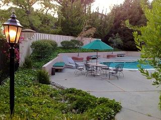 Mobilier de jardin autour de la piscine
