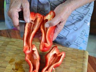 Découpe du poivron en quatre morceaux / I.G.