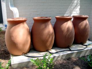 Récupérateurs d'eau de pluie en forme de jarres