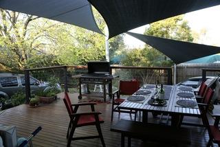 Plusieurs petites voiles d'ombrage sur une terrasse